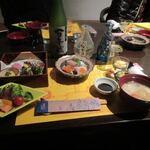 石蔵酒造 博多百年蔵 - 料理写真:私はちょっと遅れての参加だったんで既にテーブルにはメインのローストビーフを初め食事が並べられていました。
