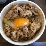すき家 - 牛丼モーニングセット(牛丼に卵黄をオン)