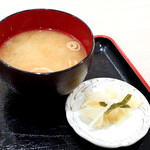 天丼 まきの屋 - 味噌汁と漬物