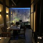 nagoyasumiyakiunagikashiwatogawa - 坪庭をのぞむ落ち着いた雰囲気の店内