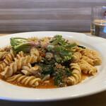 ファリナモーレ - 料理写真: ・羽黒ジャージー孔牛と赤根ホウレン草トマトソース フジィッリ