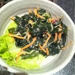 水炊き風もつ鍋 もつ彦 - 海藻サラダ