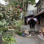 126920344 - 門前茶屋のお隣のお庭にある祠。