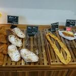 ブーランジェリー ミヤパン - 料理写真:ベーシックなパンと惣菜パン