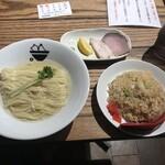 ラーメンラボ。ヒカリノサキ - 昆布水つけ麺の麺と半チャーハン!