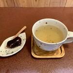 ジャム cafe 可鈴 - 【追加ドリンクとサービスの花豆のコーヒー煮】ドリンクはクーリー。レモングラス系のハーブティーです。