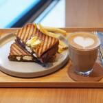 リトコーヒー&ティースタンド - 『梅あんとクリームチーズのホットサンド』 フラットホワイト