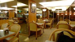 モンブラン - クラシカルな店内。三方鏡張りの壁面に、入れ子のように映る景色が、店内の広さを演出
