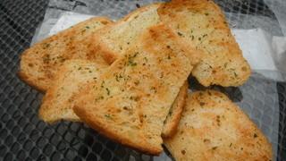 トーキョーカフェ&ベーカリー - カリカリのガーリックパン