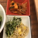 熟成和牛焼肉エイジング・ビーフ - キムチとナムル