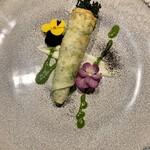 126984108 - 生海苔のクレープで巻いたイタリア品種の菜花                       白いsauceは新たまねぎ                       緑はルッコラのピューレ                       お花は食用ビオラ