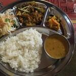 ヒマラヤ - ランチ1090円 写真で見るより大きいプレートでした。スープもダルカリも美味しいです。お米がインド米だったらもっと良いです。