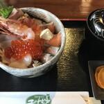 道の駅 うとろ・シリエトク - 料理写真:海鮮丼1600円