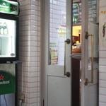 イルキャンティ・カフェ - テラス席とカフェ店内を結ぶドア