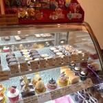 パティスリーカフェ ルージュ - 料理写真:円形ケーキが多い