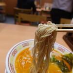 博多一幸舎 - ラーメン(880円)麺リフト