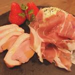 カフェ パルランテ - 生ハムと薫製鴨 チーズとフルーツ