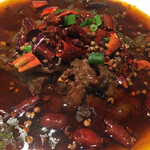 蓬溪閣 - 牛肉の四川風煮込みです とても辛そうなビジュアルですがそこまで辛くない その代わり強烈に痺れます(笑)