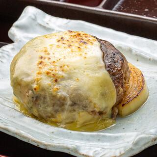 ジューシーで肉汁がたっぷり『牛肉100%ハンバーグ盆』