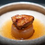 エクアトゥール - フォアグラの炭火焼き コンソメで炊いた大根
