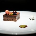 エクアトゥール - チョコレートとイチゴ、 生クリーム、 ガトーショコラ、 チョコレートのムース、 イチゴのアイス