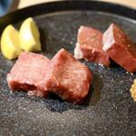 127064245 - 厚切り特上タン塩とハツ(牛の心臓) タスマニア産粒マスタード