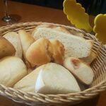 ブラッセリーベガ - 山盛りのパン