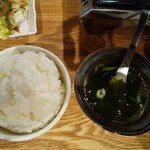 焼肉 哲 - サラダ、ライス(大盛)、わかめスープ、ナムル、タレ