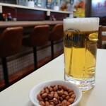 味楽 - 生ビール(450円)はピーナツつき。