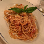 127084690 - スパゲッティのトマトバジリコ ペコリーノチーズのちょい辛ソース 1800円 ほどよい辛さがいい。シンプルだけど、かなり好み。