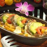 海峡 - 人気のビストロ料理「牛タンとアボカドのトマトクリームグラタン」