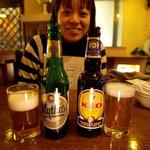 デカメロン - ギリシャのミソスビール(左)と、キプロス島ビール「地中海の風」で、マツモモと乾杯。【掲載許諾済】