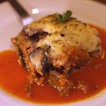 デカメロン - 牛挽肉・茄子・ポテト・ペシャメルの重ね焼き「ムサカ」。ギリシャ代表的家庭料理だそうです。
