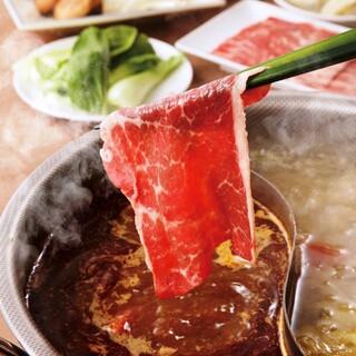 2種のスープを堪能!スパイスたっぷりの「大連火鍋」は大人気。