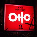 オットニ - お店の真っ赤な看板が目印