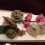 127137432 - 細魚と春子の手綱寿司、蛍烏賊、蕗の薹揚げ浸し、茶ぶり海鼠海鼠腸和え