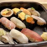 鮪喜 - ランチ握り1180円税込。味噌汁と茶碗蒸しがついてきます。