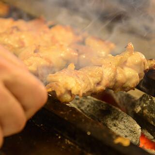 国産鶏を備長炭で串焼きに。シンプルなタレか塩でどうぞ
