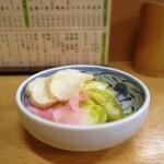 渋谷 森本 - お通しの漬物。量もしっかり