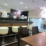 博多黒伽哩堂bistroRYU - 店内はカウンター席とテーブル席に分かれてるので一人でも気軽に入れます