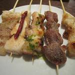 異風堂々 - 豚バラ・砂肝・ささみ・むね・テールの5種類 ささみには梅ソース・ムネ肉にはバジルソースが かけてあり、ほど良い塩加減です。 串は単品価格では一本100~