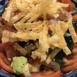 彬 - 魚介スタミナサラダ880円。レタス、トマト、とろろ、魚介類、揚げたワンタンの皮が主な具材です。魚介類もたっぷりで、とても美味しくいただきました(╹◡╹)