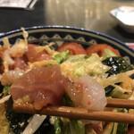 彬 - 魚介スタミナサラダ880円。とろろ入りのサラダです。たっぷり魚介類とワンタンの皮、とろろがマッチして、とても美味しかったです(╹◡╹)