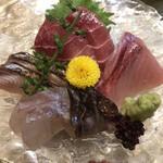 彬 - 刺身盛合せ1500円。インドマグロ中トロ、ブリ、トリ貝、黄ビレ鯛、鰆霜降り。どのタネも新鮮さが伝わる味わいで、旨味たっぷりです(╹◡╹)。とても美味しくいただきました(╹◡╹)