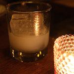 デカメロン - ギリシャの酒「ウゾ」ロック。「アニス(香辛料・薬草)をブランデーに漬けたあと蒸留」だそうです。