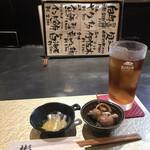 彬 - ウーロン茶300円、お通し500円。お通しも、こういうものだと嬉しいですね(^。^)