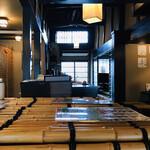 たわらや - 内観写真:手前の竹は、井戸の蓋