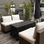 127223113 - 店頭(屋外に)応接セットのような椅子とテーブル