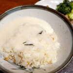 仙台牛たん荒 - 麦飯にとろろを掛けて… とろろには味が付いており、これだけでも旨い
