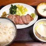 仙台牛たん荒 - 牛たん定食(並¥1760)。南蛮味噌・白菜浅漬に加え、山形のおみ漬け・わさびが付くのがポイント